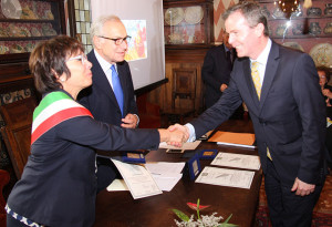 Legnago's Mayor Clara Scapin and St. Gabriel Award chairman Gianni Fontana present the 2016 St. Gabriel Award to Australia's ambassador Dr. Greg French