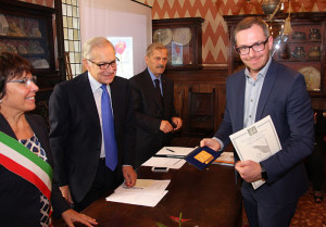 Mayor Clara Scapin and St. Gabriel Award chairman Gianni Fontana present the 2016  Special Prize to Stefan Erne, manager Liechtenstein Philatelic Bureau